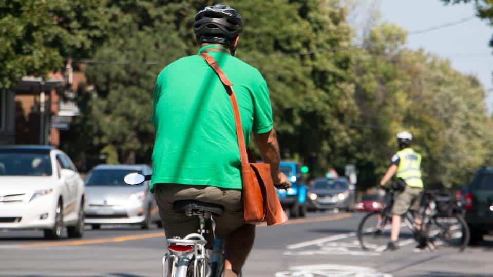 Un cycliste roule sur la piste cyclable.
