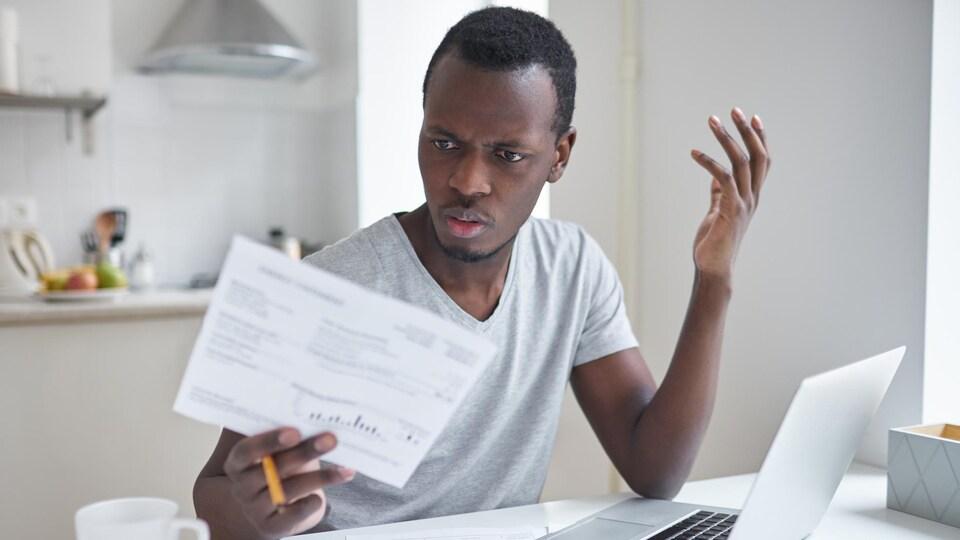 Un consommateur découvre la facture salée de son fournisseur de services de télécommunication.