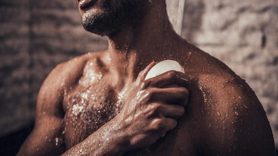 Un homme prend sa douche.