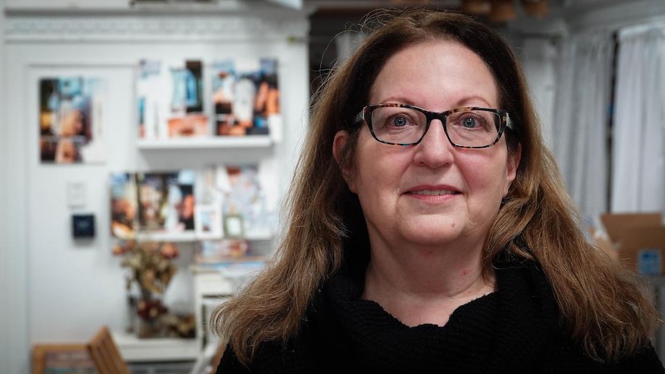 Linda Renaud-Fisher pose dans son atelier du centre-ville de Windsor.