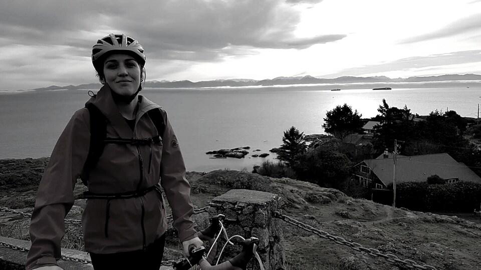 Adélaide Jammes, à côté de son vélo, sur la côte Pacifique.