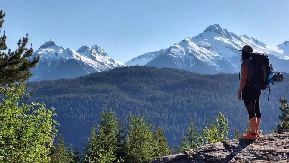 Portrait de Camille-Alexie Chalifoux en haut d'une montagne.
