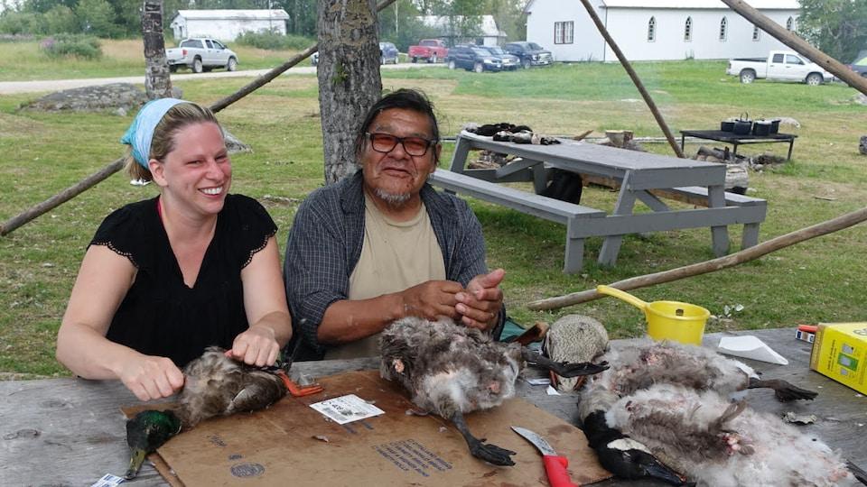 La réalisatrice de Radio-Canada Martine Laberge a appris à plumer des canards lors de son séjour à la réserve autochtone de Neskantaga.