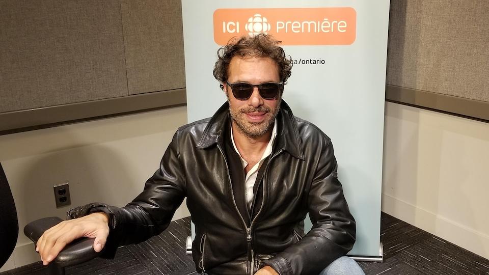 Nicolas Bedos, en studio, à Toronto.