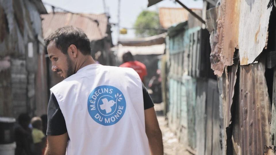 Un homme de dos circulant dans les rues de Port-au-Prince.