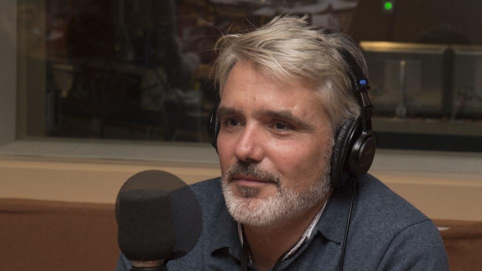 Nicolas Pagnol dans le studio 18 de Radio-Canada