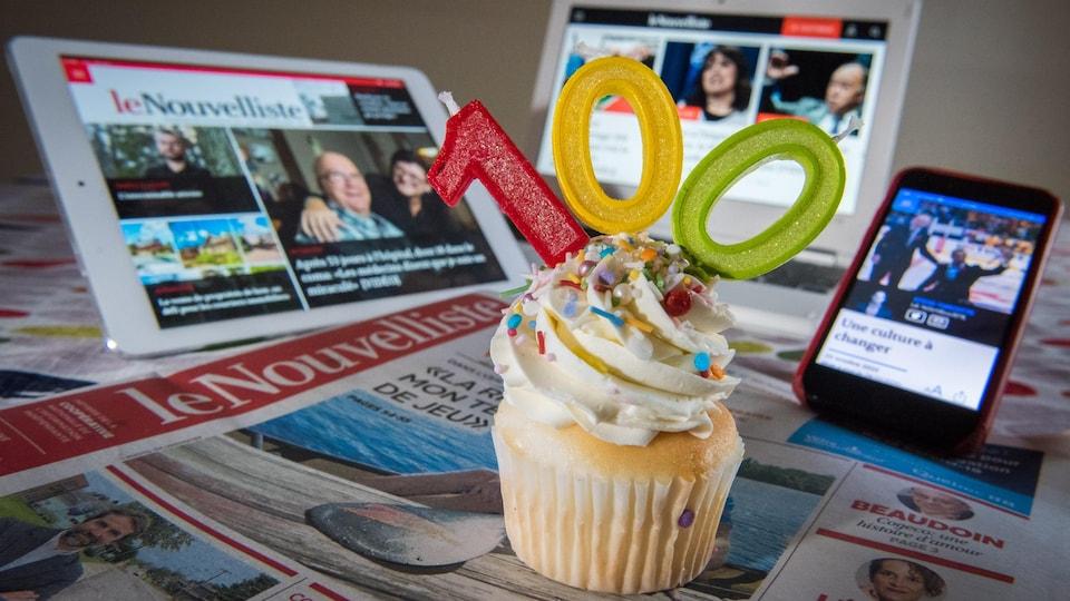 Un gâteau d'anniversaire déposé sur des journaux.