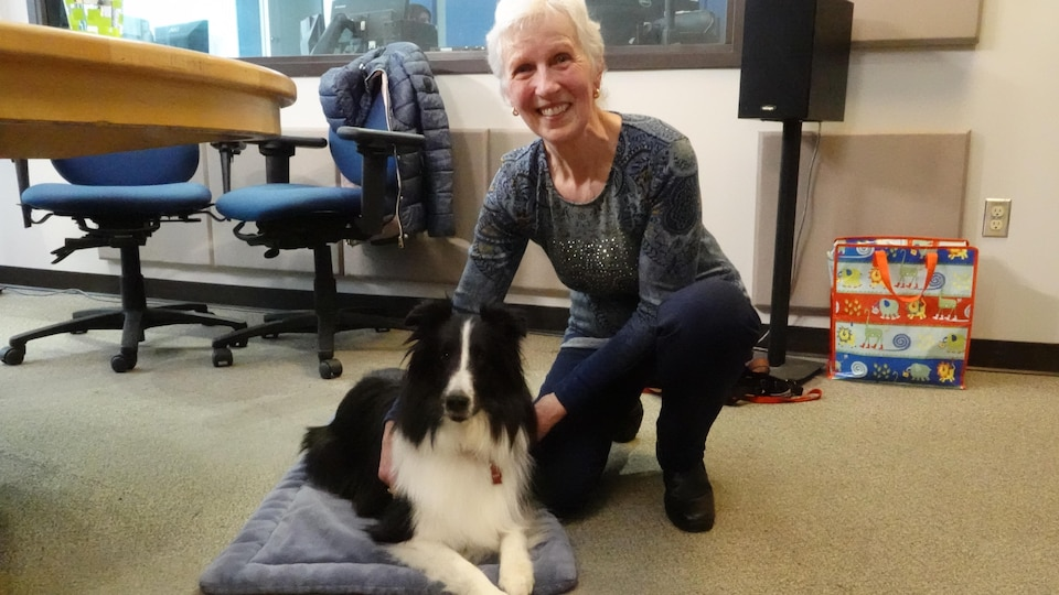 Une femme pose avec son chien