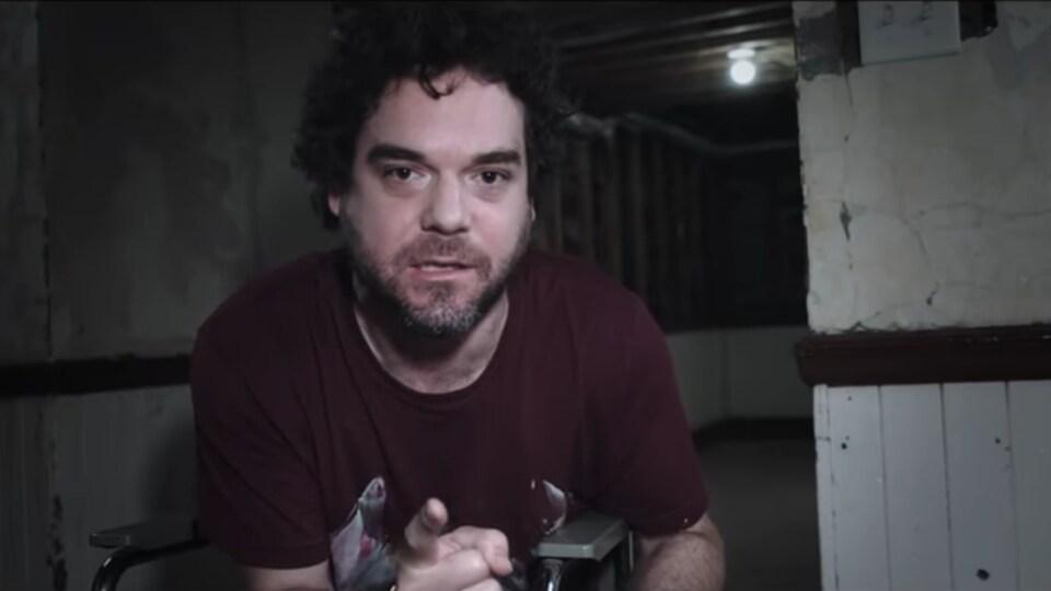 L'acteur Pierre-Luc Brillant pointe la caméra dans le film Le nid, de David Paradis.