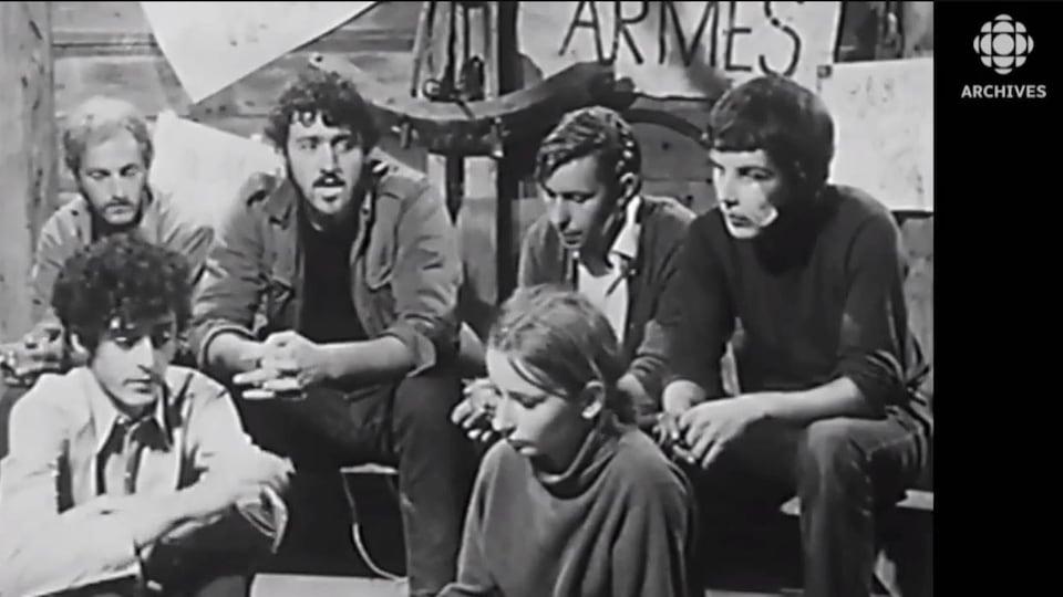 Des jeunes hommes et une jeune femme qui discute à La maison du pêcheur en 1969 à Percé.