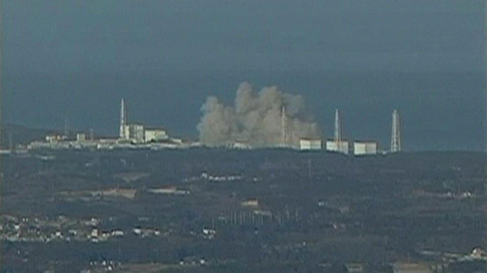 De la fumée s'échappant de la centrale nucléaire de Fukushima Daiichi, le 12 mars 2011.