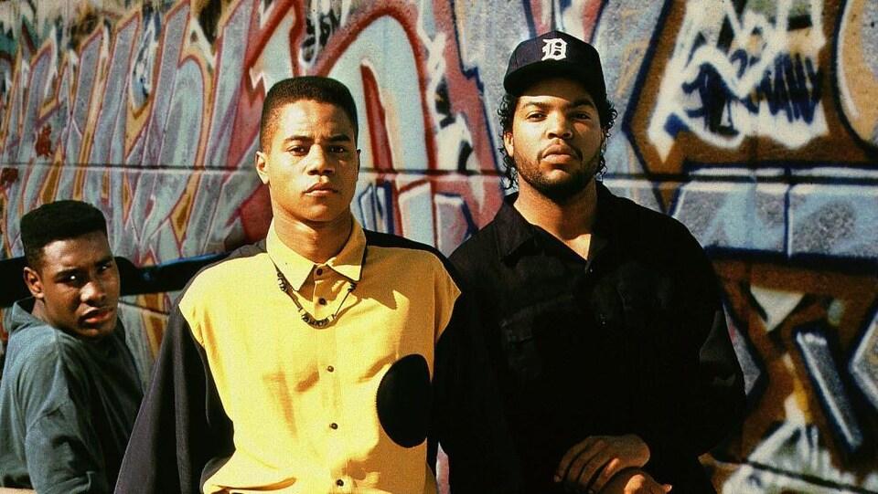 Morris Chestnut, Cuba Gooding Jr, et Ice Cube devant un mur couvert de graffitis. Ils regardent la caméra avec un regard de défiance.
