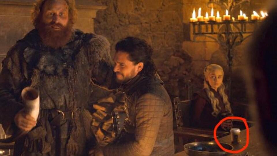 Scène de la série «Game of Thrones». On voit Jon Snow à gauche, et Daenerys à droite, attablée devant ce qui semble être un gobelet de café Starbucks.
