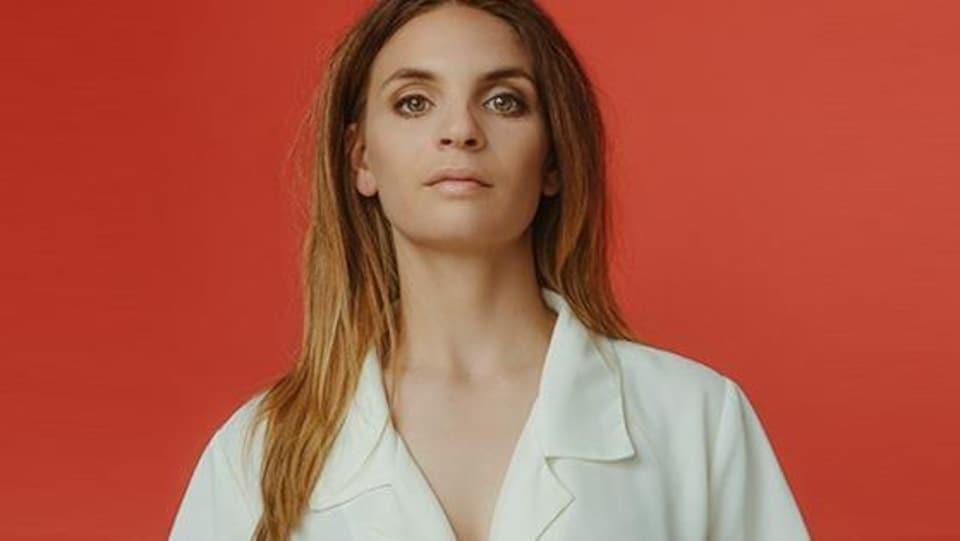 Une femme portant une blouse blanche.