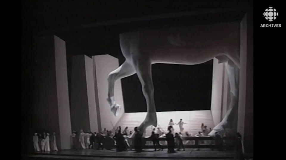 Statue géante du cheval de Troie sur la scène de l'Opéra Bastille lors de représentation de l'œuvre Les Troyens d'Hector Berlioz.