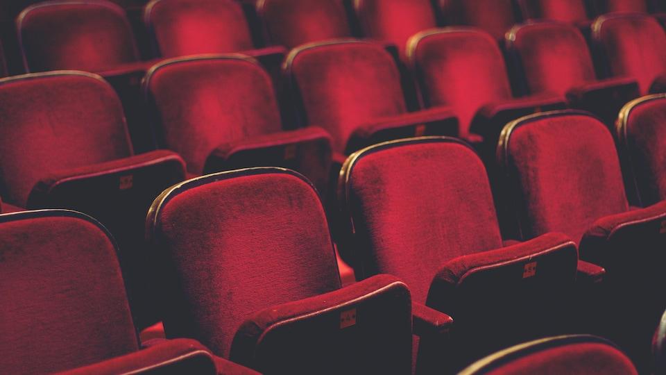 Série de fauteuils en velours rouge