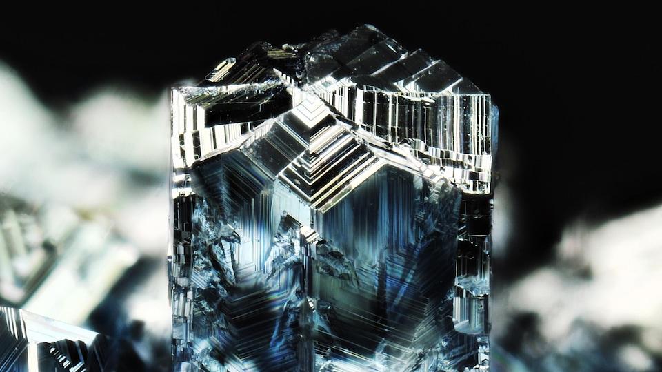 Des cristaux métalliques.