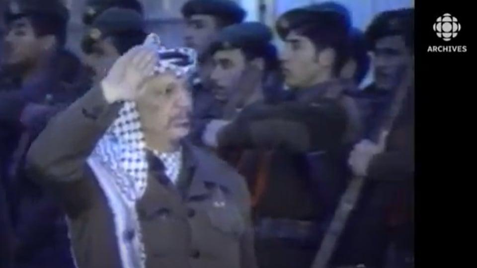 Yasser Arafat passant en revue des soldats.