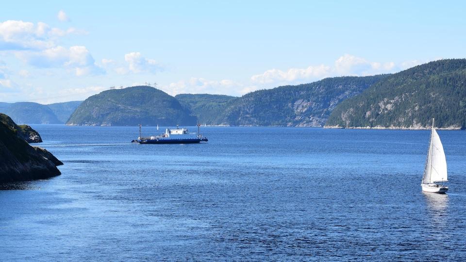Deux bateaux voguent dans le Parc marin du Saguenay-Saint-Laurent.
