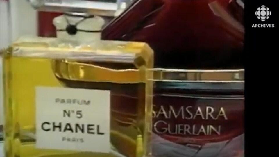 Bouteilles des parfums Channel No 5 et Samsara des parfumeurs Coco Channel et Guerlain