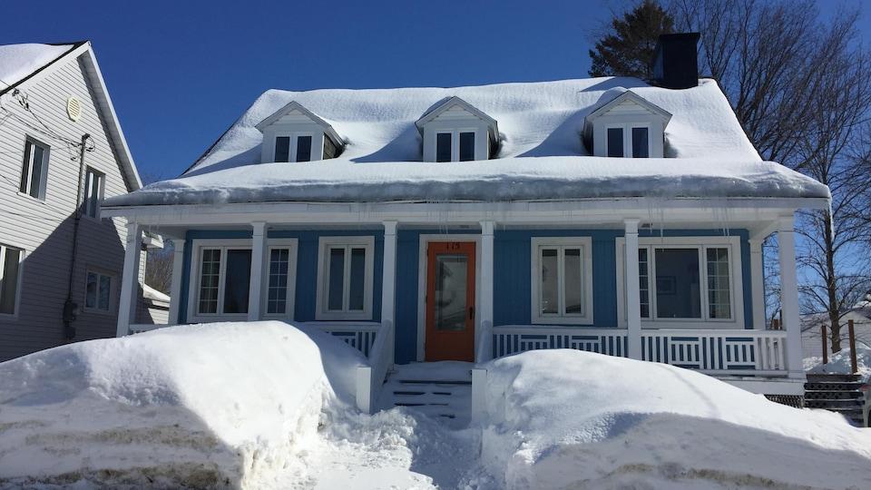 Un maison canadienne bleue.