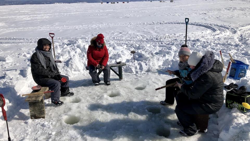 Quatre pêcheurs sur la glace