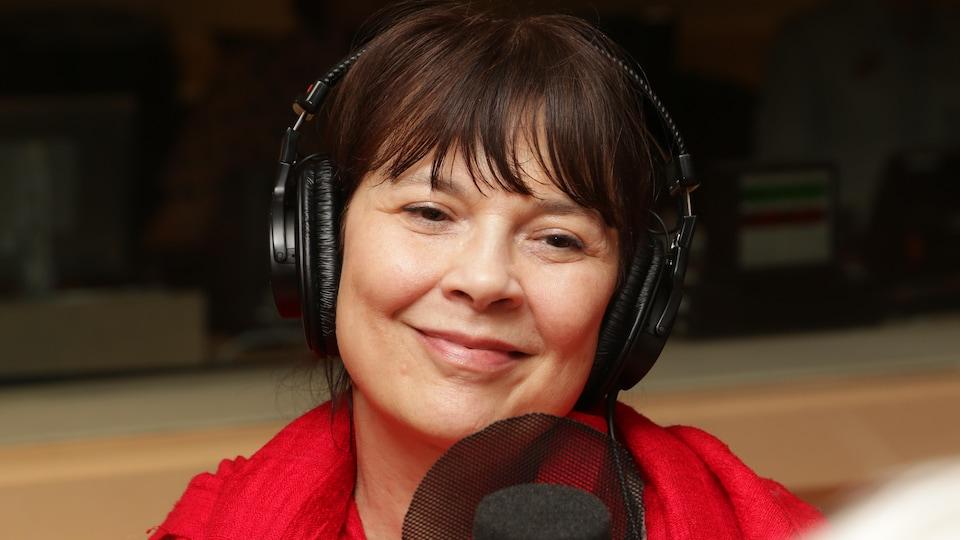Anne Dorval devant un micro de radio.