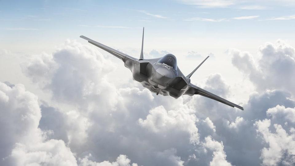 Un avion vole au-dessus des nuages.