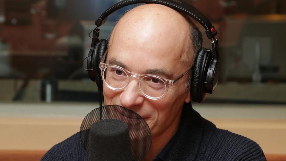 Photo de Bernard Werber devant un micro de radio.