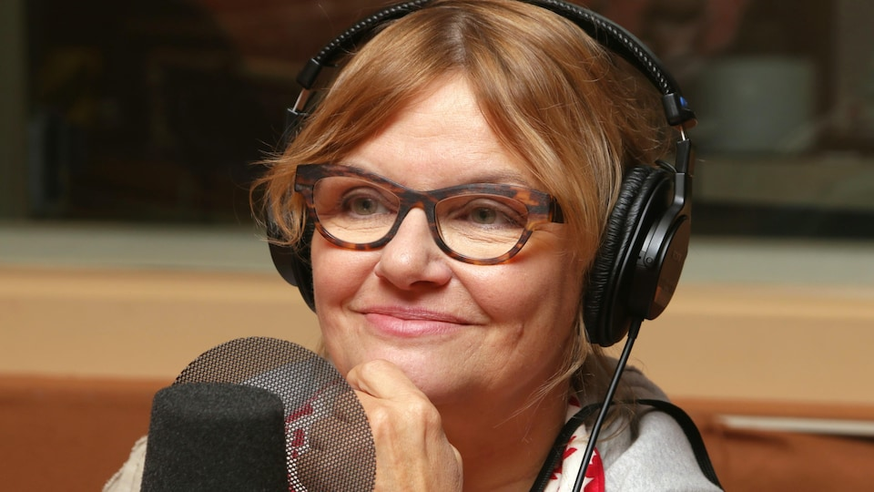 Photo de Diane Tell devant un micro de radio.