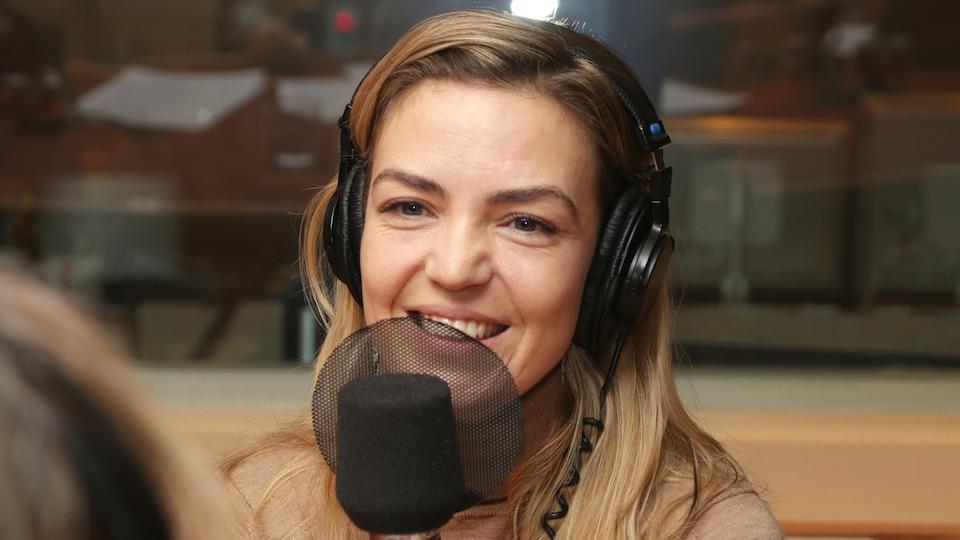 Evelyne Charuest devant un micro de radio.