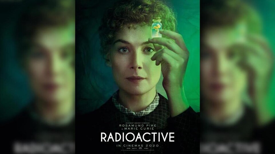 L'actrice Rosamund Pike incarne Marie Curie.