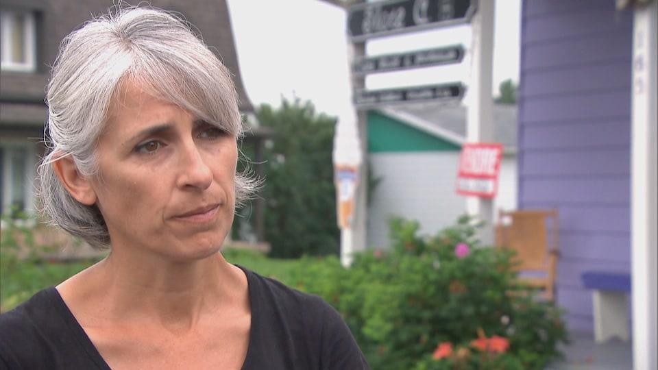 Jacinthe Latulippe accorde une entrevue à Radio-Canada à l'extérieur, en été.