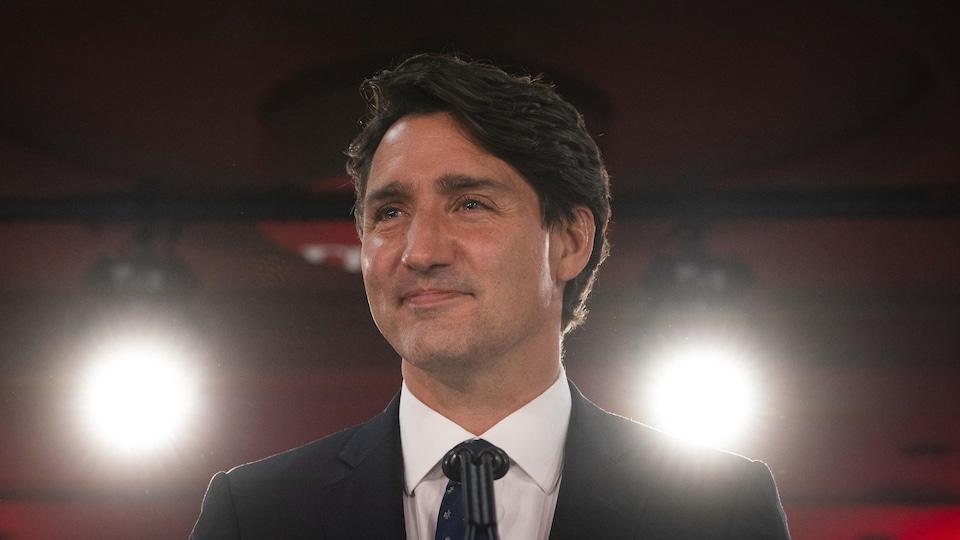 Portrait de lui souriant.