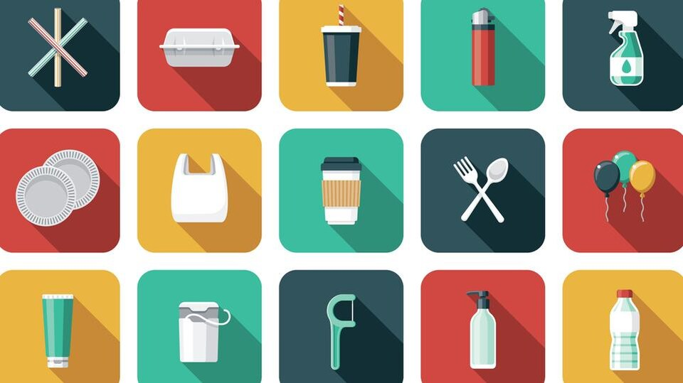 Illustrations sous forme d'icônes d'objets en plastique à usage unique variés : bouteille, tasse de café jetable, sac plastique, gant en plastique, tube de dentifrice...