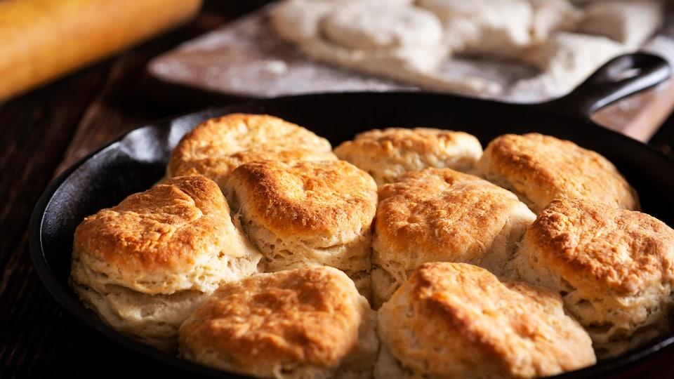 Photo de sept petits pains blancs dans une assiette.