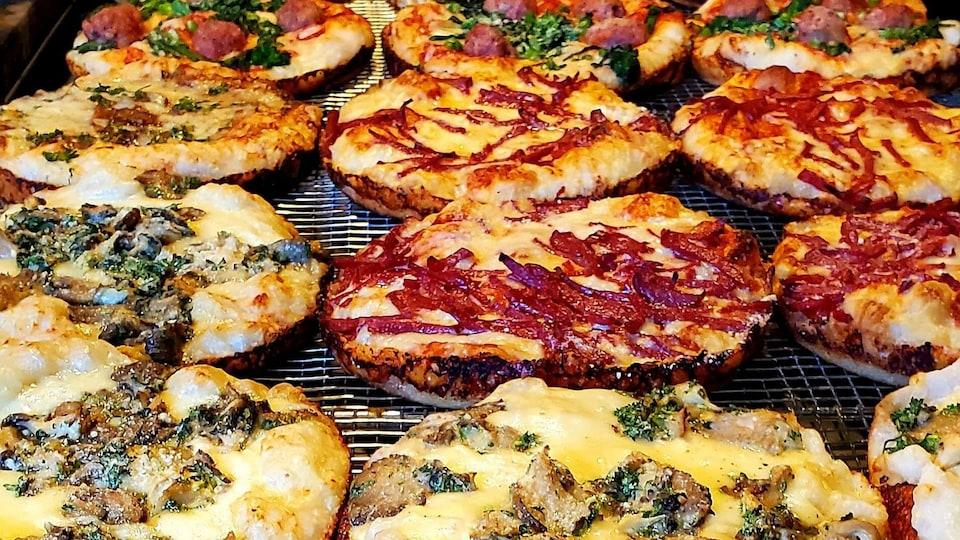 Une dizaine de pizzas garnies style Boston.