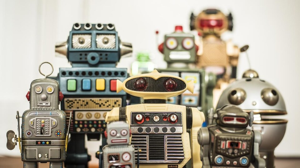 Huit robots vintage de tailles différentes.