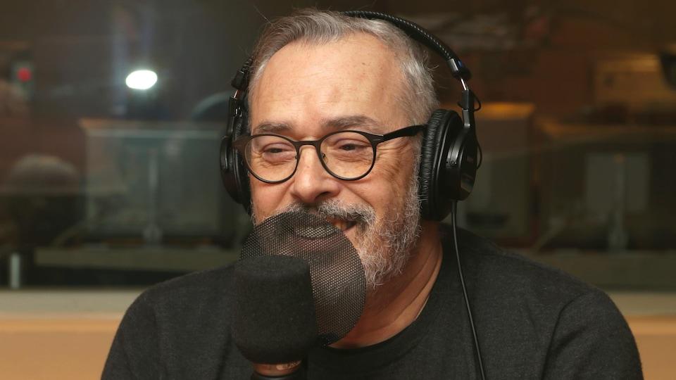 Serge Denoncourt devant un micro de radio.