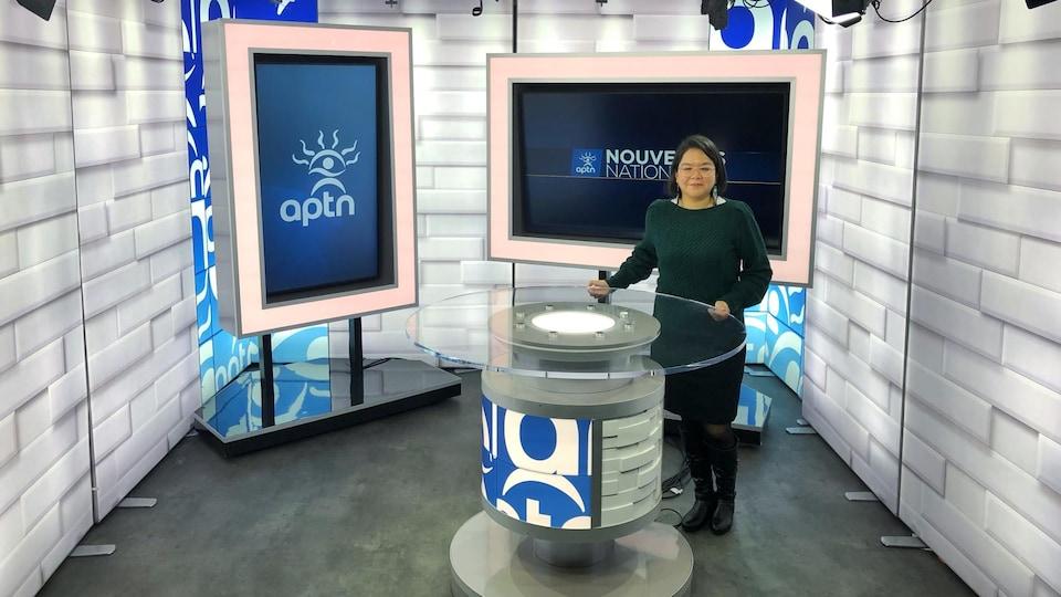 La journaliste est sur le plateau du bulletin de nouvelles.