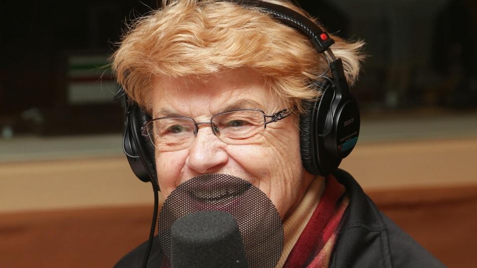 Sœur Angèle devant un micro de radio.