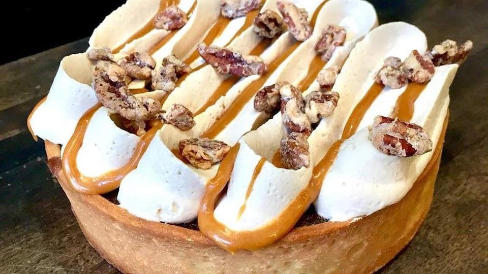 Photo d'une tarte au sucre garni de crème chantilly.