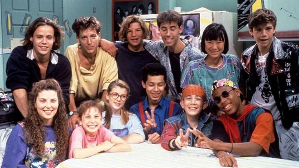 Une bande d'adolescents et d'adolescentes posent.