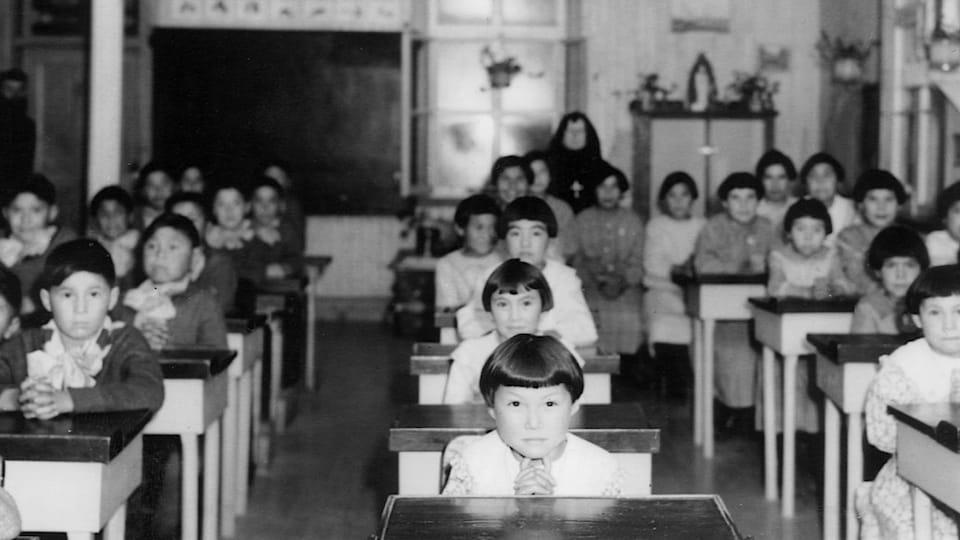 Enfants autochtones en salle de classe au pensionnat indien catholique de Fort George (Québec), 1939