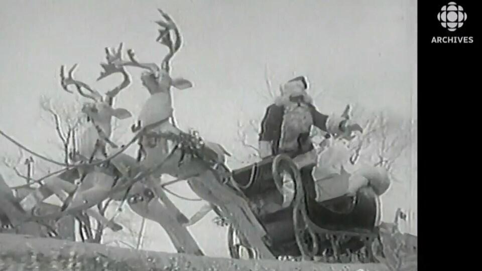 Défilé du père Noël sur son traîneau à Montréal dans les années 1950.