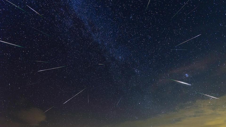 Un ciel étoilé est le théâtre de Perséides.