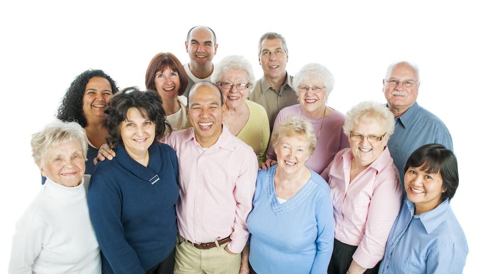 Un groupe diversifié d'adultes et de personnes âgées de 45 à 95 ans.
