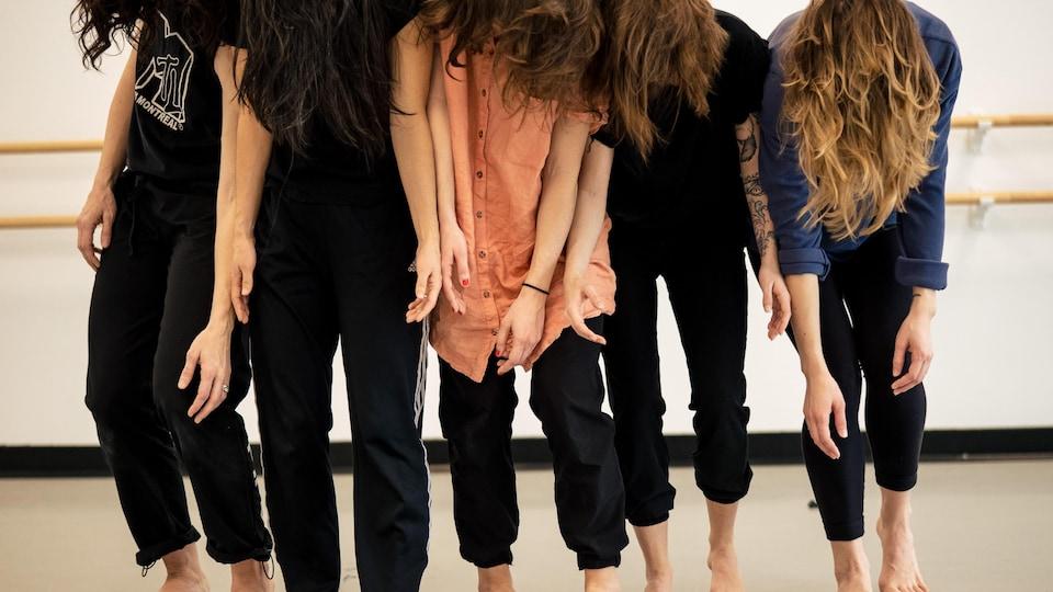 Plusieurs personnes côte à côte qui dansent.