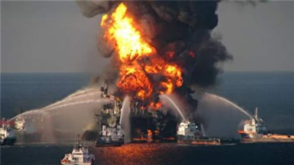 La plateforme pétrolière Deepwater Horizon en difficulté d'incendie en 2010 entraîne la mort de 11 personnes et le déversement de 4,9 millions de barils de pétrole.