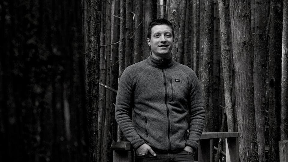 Benjamin Levannier dans une forêt.